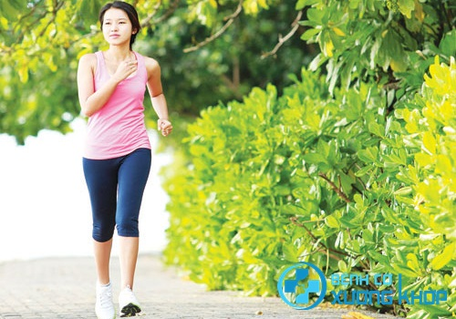 Bệnh nhân cần đi bộ đúng nguyên tắc để hạn chế tổn thương vùng cột sống