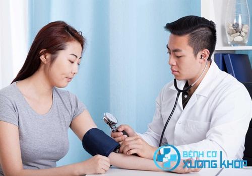 Bệnh nhân huyết áp cao uống thuốc sai giờ quy định của bác sĩ