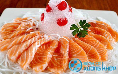 Cá hồi là thực phẩm người bệnh mề đay nên ăn