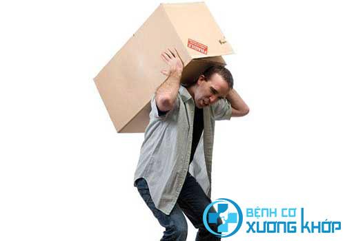 Lao động nặng là một trong những nguyên nhân gây bệnh thoát vị đĩa đệm