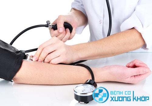 Cách xử trí bệnh nhân bị tụt huyết áp tại nhà hiệu quả và an toàn