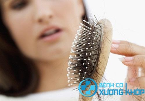 Thường xuyên rụng tóc, da nhăn và khô hơn bình thường