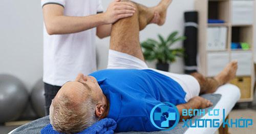 Bệnh nhân thường đau nhiều, các khớp khó cử động vào buổi sáng