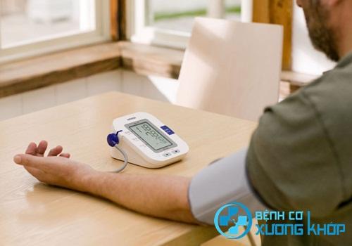 Bệnh nhân bị bệnh huyết áp cần chuẩn bị dụng cụ để tự đo huyết áp tại nhà