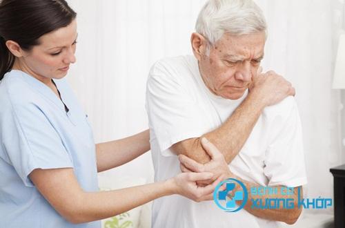 Bác sĩ chuyên khoa hướng dẫn cách chăm sóc người bị bệnh cơ xương khớp