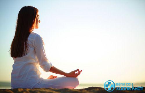 Ngồi thiền giúp điều trị hiệu quả bệnh thoát vị đĩa đệm.