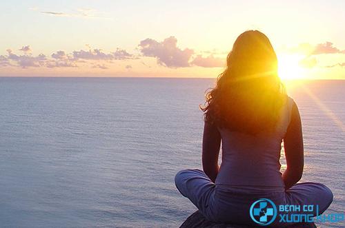 Bổ sung vitamin D từ ánh nắng mặt trờ giúp điều trị bệnh đau lưng.