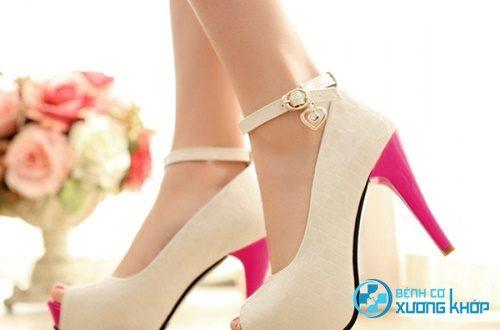 Đi giầy hoặc dép cao gót nhiều gây đau lưng cấp