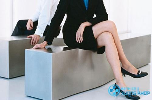 Ngồi vắt chéo chân nguyên nhân làm tăng huyết áp tạm thời