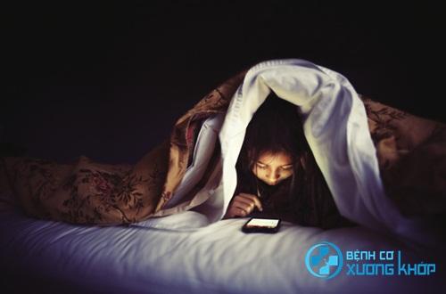 Không vừa nằm sấp vừa sử dụng điện thoại
