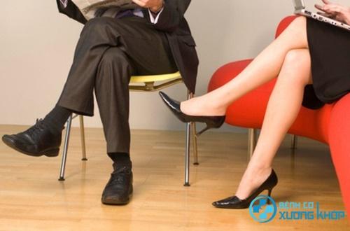 Cảnh báo ngồi vắt chéo chân ảnh hưởng đến sức khỏe