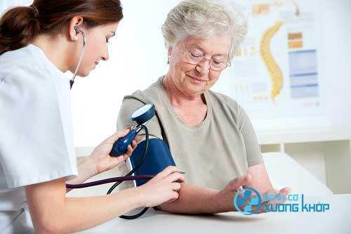 Những người có tiền sử về bệnh cao huyết áp cần duy trì được thói quen khám sức khỏe định kỳ