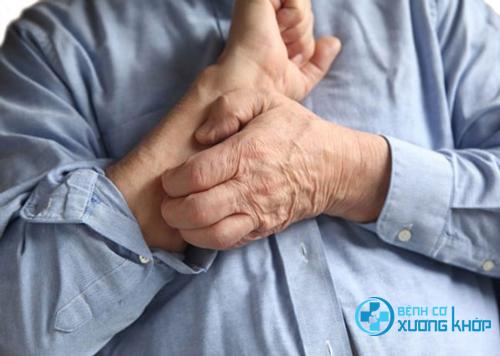 Chứng ngứa da của người gia thường xuất hiện vào ban đêm với những cơn ngứa dai dẳng