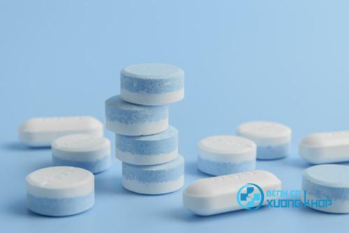 Việc dùng thuốc cho người bệnh đau xương khớp cần được sự chỉ định của bác sĩ