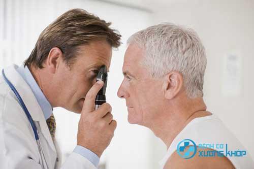 Kiểm tra mắt cũng là một điều cần làm khi mắc bệnh tiểu đường