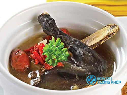 Gà ác hầm thuốc bắc là món ăn phổ biến của người dân Việt rất tốt cho người mắc bệnh suy nhược cơ thể