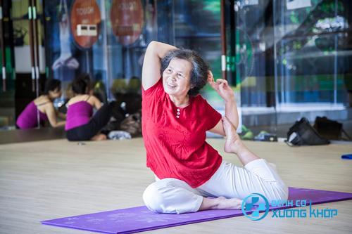 Ngoài nước ép bệnh nhân mắc bệnh đau lưng nên thường xuyên luyện tập thể thao