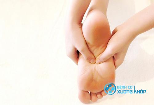 Xoa bóp bấm huyệt bàn chân làm thư giãn giúp bệnh nhân ngủ ngon hơn